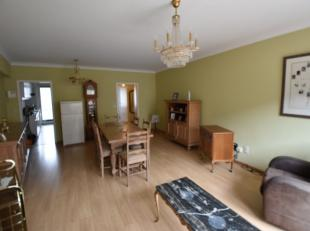 Appartement is als volgt ingedeeld: inkomhal (met ingebouwde kasten), leefruimte met toegang tot terras, keuken (oven, fornuis & gootsteen), badka