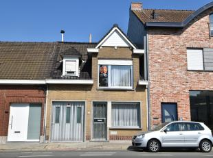Huis met veel mogelijkheden gelegen nabij verschillende invalswegen, scholen en openbaar vervoer.Deze woning beschikt over 3 slaapkamers, tuin en gara