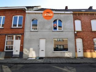 Instapklare woning gelegen in het centrum van Menen, op wandelafstand van verschillende handelszaken en scholen.De woning is als volgt ingedeeld:Gelij