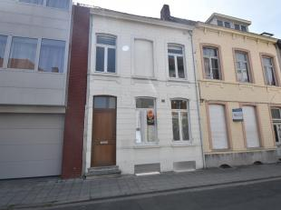 Deze instapklare woning is gelegen vlakbij het openbaar vervoer en op wandelafstand van centrum Menen.Recent werd een nieuwe keuken geplaatst en volle