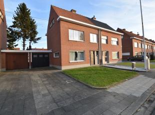 Op te frissen halfopen bebouwing met enorm veel potentieel gelegen nabij verschillende invalwegen, scholen en openbaar vervoer in Menen.Het huis besch