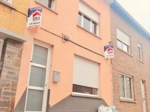 Maison à rénovée avec 3 chambres et cour.* Rez-de-chaussée: entrée, salon, cuisine, salle de bains et terrasse.* 1e