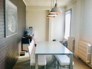Ruim en verzorgd appartement met 1 slaapkamer te huur:Bestaat uit: Inkomhal, ruime lichtrijke woonkamer met salon en eetplaats. Open keuken voorzien v