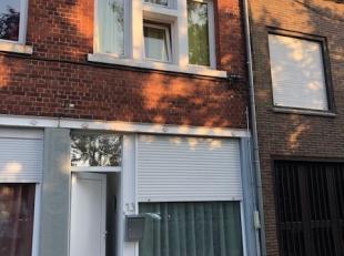 Gerenoveerde woning gelegen op de markt van Wervik.Bestaande uit:*Gelijkvloers: zitruimte, living met open keuken*1° verdiep: badkamer + apart wc