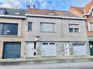 Maison situé centralement avec garage, 3 chambres et jardin.Contient: * Gelijkvloers: hall d'entrée, garage avec porte automatique, livi