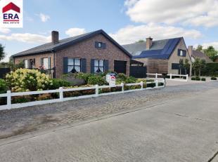 Cette belle villa sur 1000m² contient:Rez-de-chaussée: entrée, living, cuisine, 3 chambres, salle de bains, garage, grand jardin av