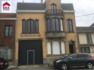 Herenwoning met 5 slaapkamers in AalbekeBestaande uit inkom, ruime woonkamer met zithoek en eetplaats, kelder, gastentoilet, ruime leefkeuken met aans