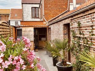 Ruime halfopen woning met vijf slaapkamers, Zuidwest georiënteerde tuin en uitweg. Deze woonst bestaat uit: Gelijkvloers: inkomhal, woon- en eetk