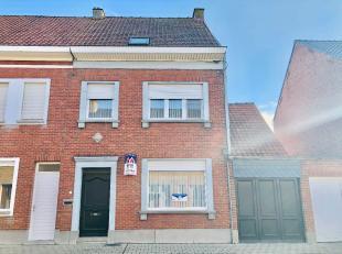 Deze instapklare woning ligt op wandelafstand van de winkels in de Kortrijkstraat en vlakbij de op- en afrit van de autostrade. Het situeert zich in e