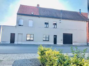 Ontdek dit indrukwekkend ruim pand in het hartje van Wevelgem. Oorspronkelijk waren dit twee woningen met een atelier. Op heden is dit omgebouwd tot e