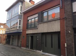 Verzorgde woning met 3 slaapkamers en garage.Deze woning bestaat uit: inkomhal, WC, living en keuken, een wasruimte, garage en tuin. Op de eerste verd