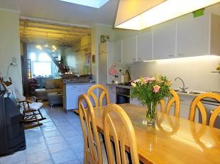 Rustig gelegen charmante woonst met 3 slaapkamers en tuin bestaande uit: * gelijkvloers: inkomhal, gezellige woonkamer die bestaat uit een eetplaats e