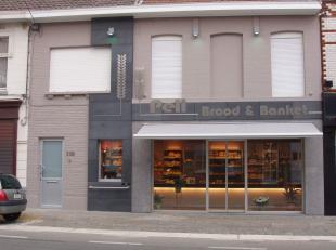 Volledig ingerichte bakkerij met ruime woonst PRIJS OP AANVRAAG Bestaande uit: BAKKERIJ: - winkelruimte van 32 m² en volledig ingericht met toonb