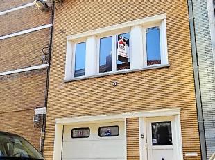 Zéér centraal gelegen woning met 3 slaapkamers en garage Bestaat uit: Gelijkvloers: Inkomhal, ruime garage met automatische poort, droge
