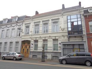 Prachtige herenwoning, bestaande uit 2 samengevoegde wooneenheden met handelspand te koop centrum Menen: In detail: Woning 1: * GV: 2 inkomhallen, wac