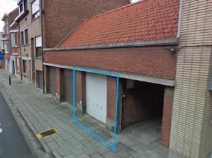 Garagebox van 20m² te koop. betonnen vloer en sectionale poort.