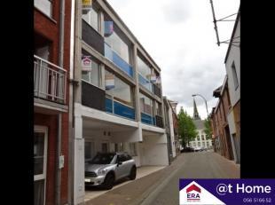 Op te frissen appartement met 2 slaapkamers, balkon en terras op het 1e verdiepBestaat uit inkom, living & eetkamer, keuken, wc, badkamer, 2 slaap
