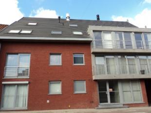 Gezellig ingericht appartement met zonnig terras en garage. Bestaat uit: inkom, living met open ingerichte keuken, badkamer met ligbad, 1 slaapkamer,