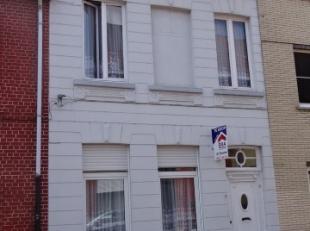 Centraal gelegen ruime woning met 2 slaapkamers en tuin.Bestaat uit:gelijkvloers: inkomhal, woonkamer met zicht op de tuin, keuken, badkamer en kelder