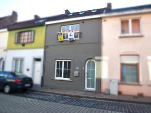 Deze prachtig gerenoveerde woning is gelegen in het centrum van Wervik, de volledige oppervlakte is optimaal benut! Indeling: Inkomhal, zithoek, eetka
