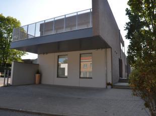 Nieuwbouw woning te huur te Kemmel bestaande uit inkom bureel, twee slaapkamers, moderne badkamer, grote living met ruime terrassen voor en achteraan.