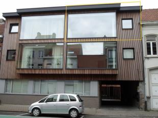 Dit volledig vernieuwd appartement is gelegen op de tweede verdieping en omvat een inkom, een living met open ingerichte keuken, een badkamer, een apa
