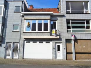 Deze woning met centrale ligging omvat op het gelijkvloers een inkom en  een zeer grote garage voor 5 wagens of kan ook perfect dienen als kleine opsl