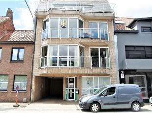 Dit appartement is gelegen op de 2de verdieping (lift aanwezig) en geniet van bijzonder veel lichtinval. Het omvat een inkomhal, een ruime living, een