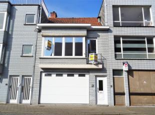 Deze woning met centrale ligging omvat op het gelijkvloers een inkom en een zeer grote garage voor 5 wagens of kan ook perfect dienen als kleine opsla