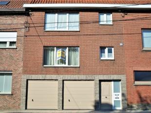 Het appartement is gelegen op de eerste verdieping en omvat een inkom, een badkamer, een woonkamer, een ingerichte keuken, 2 slaapkamers, een gelijkvl