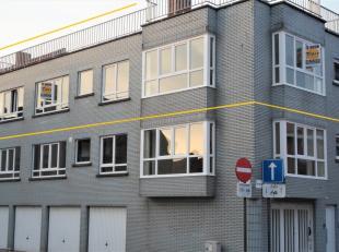 Dit appartement met individuele ingang, gelegen op de tweede verdieping, werd zopas helemaal opgefrist. Nieuwe ramen met hogerendementsglas.  Indeling