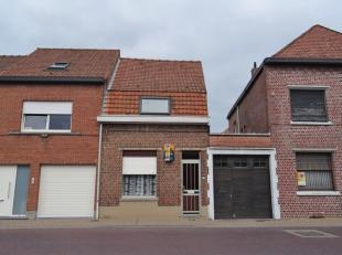 Deze centraal gelegen woning omvat een inkomhal, living, badkamer en berging. Op de eerste verdieping zijn er 2 slaapkamers.<br /> Prijs : 79500 EURO