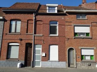 De woning heeft als indeling een voorplaats, living met open ingerichte keuken, toilet, berging/wasplaats, terras en tuin. Op de eerste verdieping is