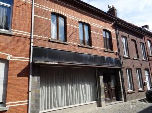 De woning die gelegen is in het centrum Wervik staat volledig klaar om gerenoveerd te worden.<br /> De indeling kan nog volledig zelf gekozen worden.<