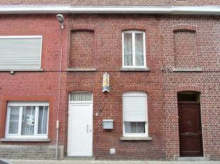 Deze woning omvat een living, keuken, badkamer, berging, droge kelder, terras en tuin. Op de eerste verdieping zijn er 2 slaapkamers. Op de tweede ver