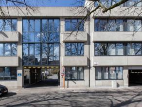 Het Groeninghe-Complex ligt in een groene en rustige omgeving op een terreinoppervlakte van 1ha 10a aan de ran van de stad Gent (omgeving UZ). Blok E