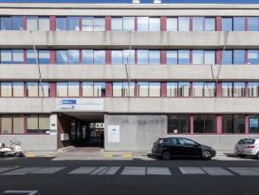 Gelijkvloerse kantoorruimte met een oppervlakte van 307m² aan 115euro/m²/jaar. Het is zopas geverfd en er ook een nieuw tapijt en sanitair g