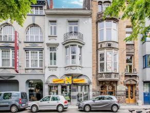 Dit prachtig herenhuis ingericht als kantoorgebouw is gelegen op wandelafstand van het station Gent-Sint-Pieters. Het gebouw heeft een benutbare opper