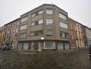 Het appartement bevindt zich op de 3e verdieping en bestaat uit een kelder, inkomhal, living, keuken, 2 slaapkamers, badkamer met ligbad en lavabo en