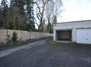 Deze afgesloten garage box 1 biedt plaats voor 1 wagen. De garage is onmiddellijk beschikbaar en te bezoeken na afspraak met agence Rosseel