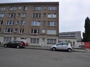Een ongemeubeld appartement dicht bij het Sint-Pietersstation op het gelijkvloers. Het appartement beschikt over 2 slaapkamers, badkamer met ligbad, l