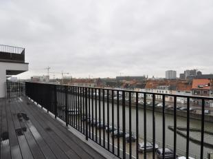 Dit nieuwbouwappartement ligt in het Tribecacomplex aan de Nieuwevaart. De flat ligt op de vierde verdieping en heeft volgende indeling: inkom met ves