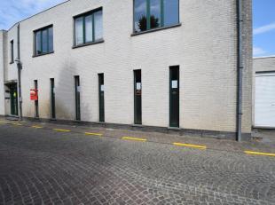 Kantoor van 90 m² gelegen op het gelijkvloers met kitchenette en apart toilet in het hartje van het dorp van Sint-Martens-Latem.Huurprijs 750 eur