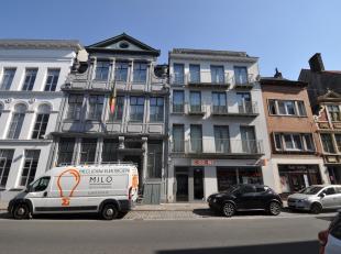 Dit appartement is gelegen op de derde verdieping en kent volgende indeling: inkom met vestiaire, grote woonkamer met eetplaats, open keuken, berging