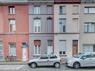 Deze in 2012 gerenoveerde en rustig gelegen woning in rij is ingedeeld als volgt ; inkom met open ruimte die kan dienen als bureau, zithoek of zeer ru
