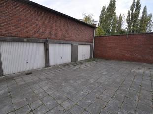 Gesloten garagebox met kantelpoort gelegen op een koer. De garage (box 29) bevindt zich tussen het Sint-Pietersstation en de Sterre. De garage is onmi