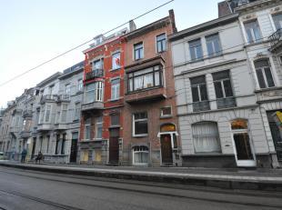 Dit appartement beschikt over een inkomhal met ingemaakte kasten, ruime leefruimte met eetplaats, ingerichte keuken, slaapkamer en badkamer met ligbad