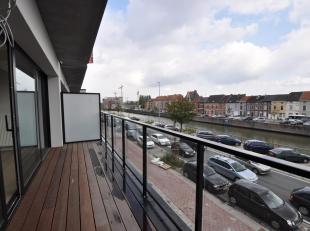 Dit nieuwbouwappartement ligt in het Tribecacomplex aan de Nieuwevaart. De flat ligt op de eerste verdieping en heeft volgende indeling: inkom met ves