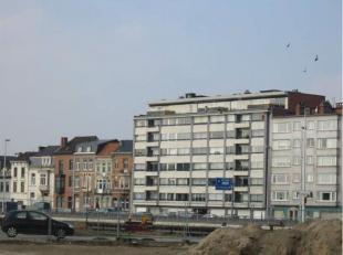 Gelegen op de 3e verdieping met uitzicht achteraan op de torens van Gent en vooraan op het water en vlakbij op- en afritten van de autosnelweg.<br />
