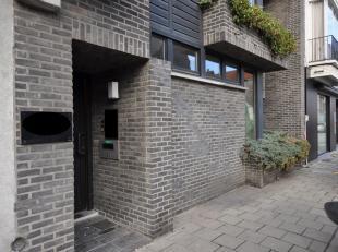 Deze handelsruimte ligt vlak in het centrum van Sint-Amandsberg. De commerciële ruimte is momenteel ingericht als tandartspraktijk en aansluitend